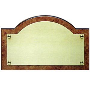 Targa da porta in ottone satinato su telaio di resina radica stilizzato